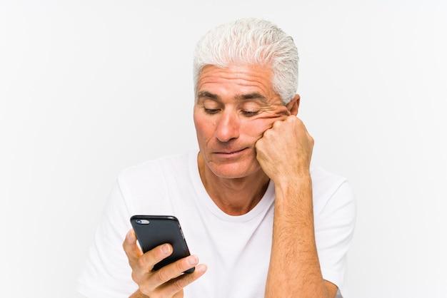 Uomo caucasico maturo che comunica sul telefono