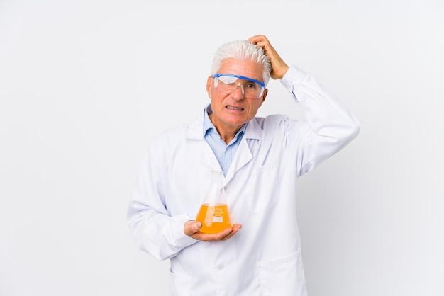Uomo chimico maturo isolato essendo scioccato, ha ricordato un incontro importante.
