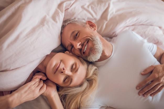 Coppie mature che hanno momento romantico in camera da letto