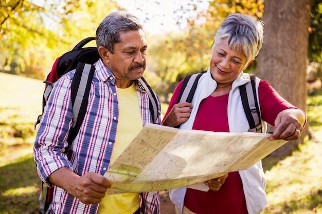 Coppie mature che guardano una mappa