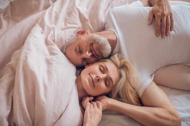 Coppia matura che riposa insieme e che si sente soddisfatto