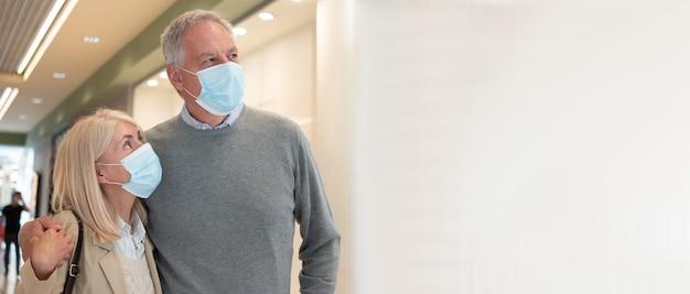 Coppie mature che comperano insieme durante la pandemia del coronavirus