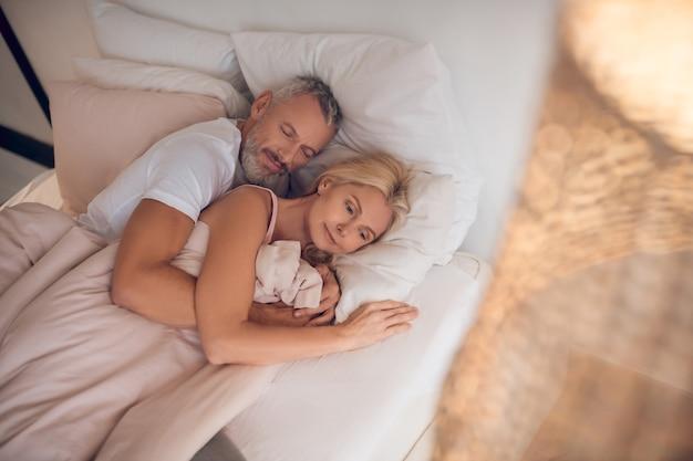 Coppia matura dormire insieme su un letto