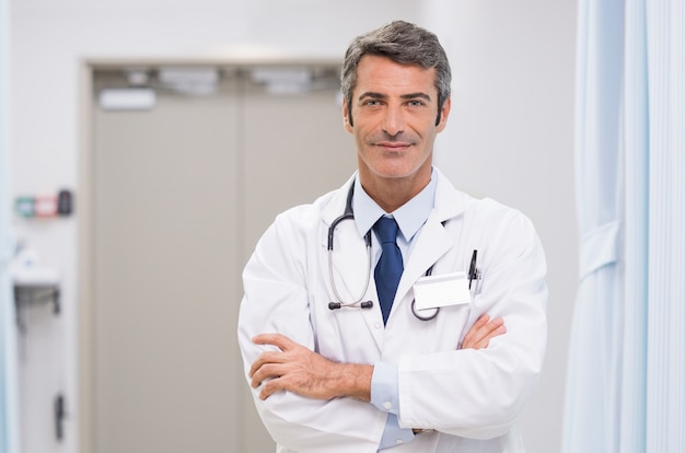 Dottore maturo in ospedale