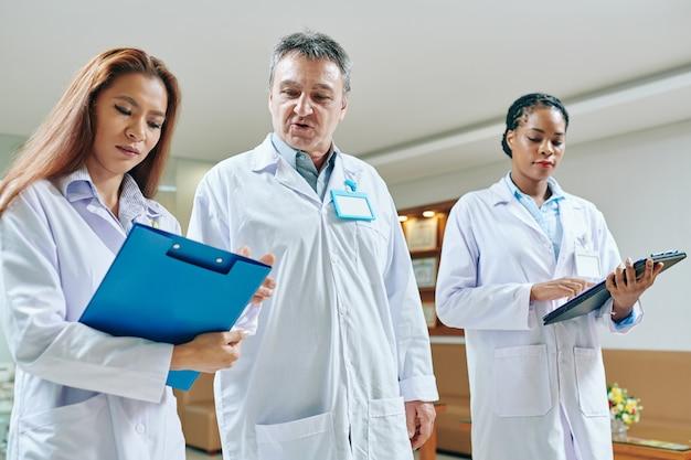 Una dottoressa matura e esperta aiuta la stagista a fare la diagnosi dopo che ha preso l'anamnesi
