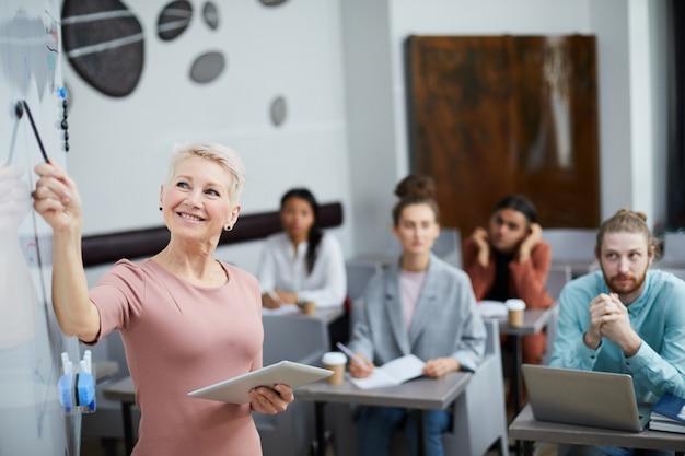 Insegnante di sesso femminile maturo