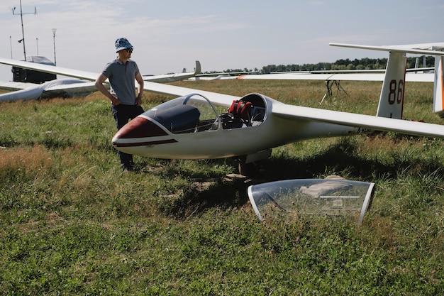 Pilota di aliante maturo in aereo prima del volo in aereo ad ala fissa