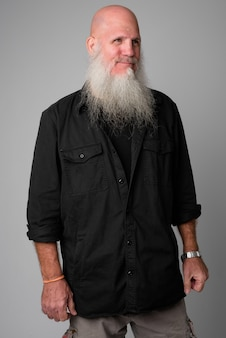 Maturo bell'uomo calvo con una lunga barba grigia su bianco