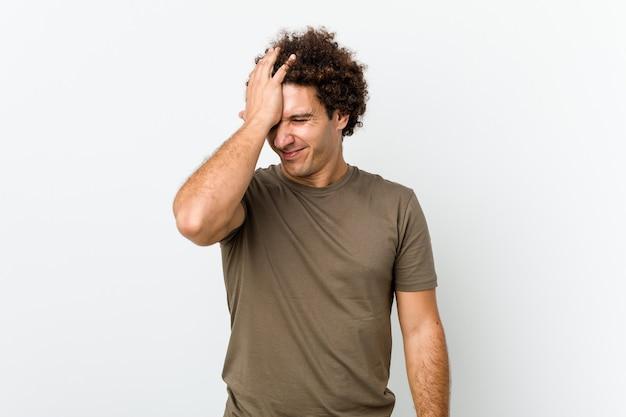 Uomo bello maturo isolato dimenticando qualcosa, schiaffeggiando la fronte con il palmo e chiudendo gli occhi.