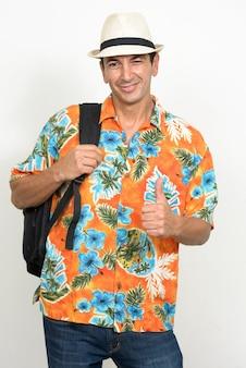 Uomo turistico bello maturo pronto per la vacanza isolata