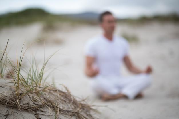 Uomo maturo che fa meditazione Foto Premium