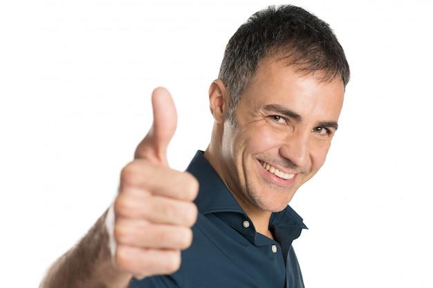 Uomo maturo che gesturing segno giusto