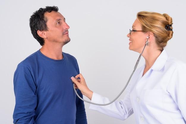 Uomo maturo e medico donna matura insieme
