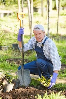 Uomo maturo che pianta i fiori