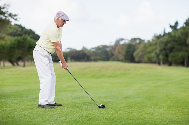 Uomo maturo, giocare a golf