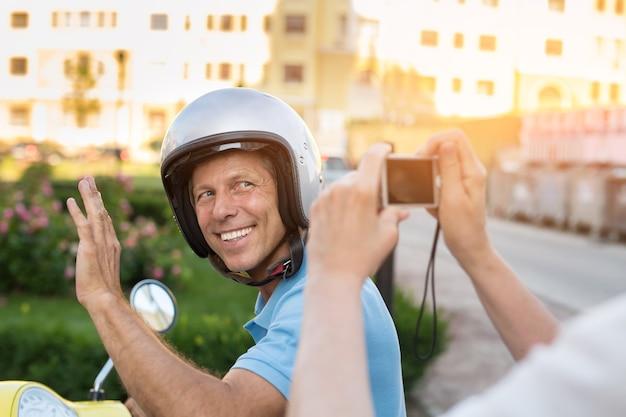 Uomo maturo che sorride alla macchina fotografica.