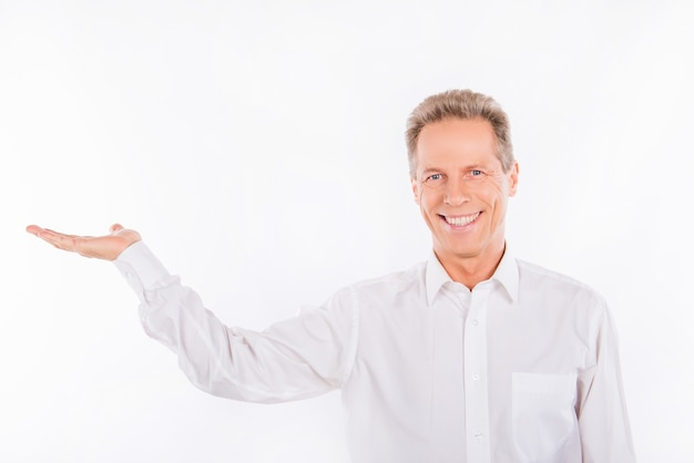 Uomo maturo in una camicia bianca
