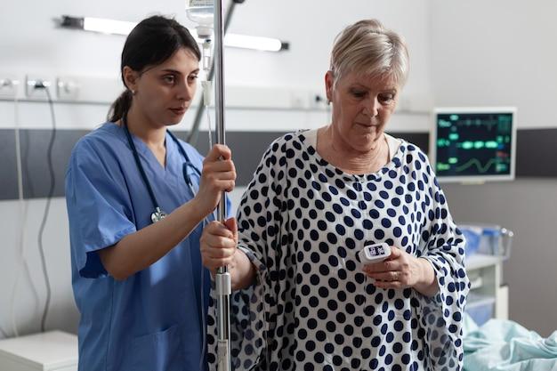 Matura anziana malata che riceve medicine per via endovenosa