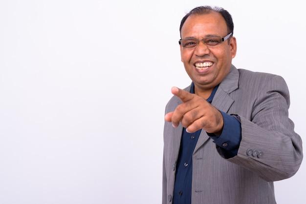 Maturo uomo d'affari indiano in sovrappeso in tuta con sfuggente attaccatura dei capelli su bianco