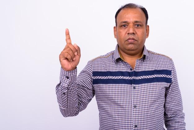 Maturo uomo d'affari indiano in sovrappeso con stempiato su bianco