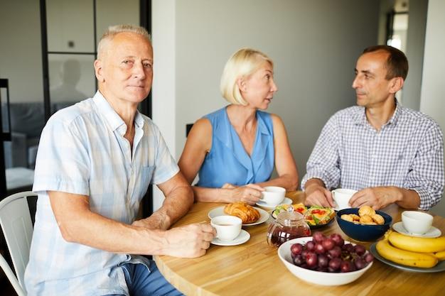 Persone mature che godono del pranzo