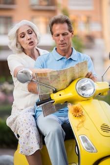 Persone mature sedute su scooter.