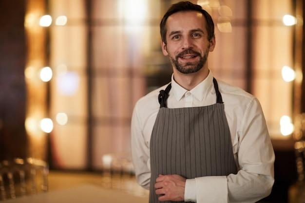 Cameriere maturo in ristorante