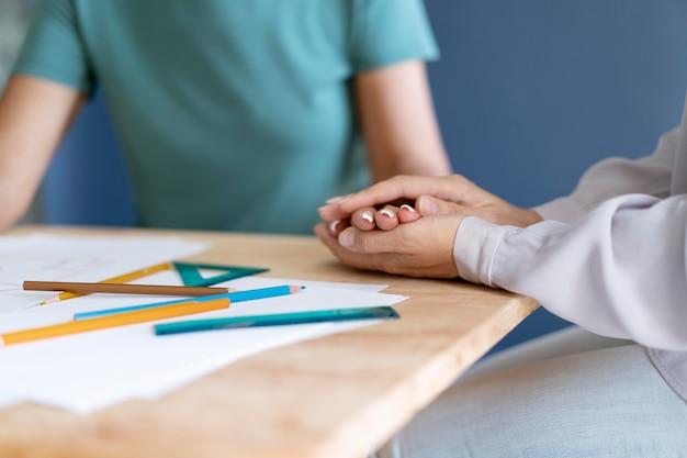 Donna matura che fa una sessione di terapia occupazionale con uno psicologo