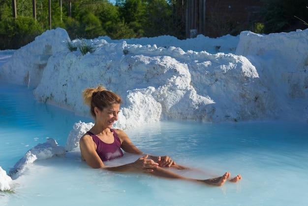 Donna matura che fa il bagno in una piscina geotermica in italia