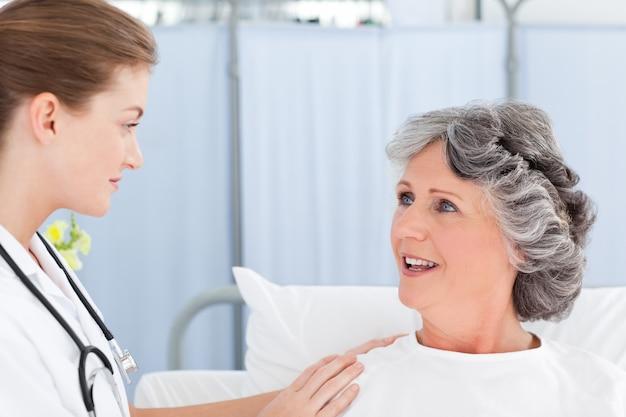 Donna matura che parla con la sua infermiera