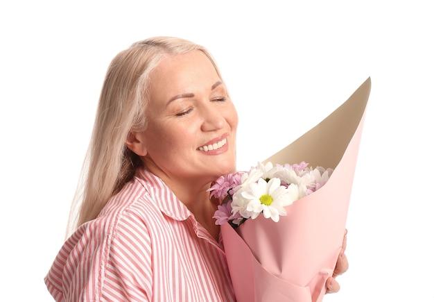 Donna matura con bouquet di bellissimi fiori su bianco