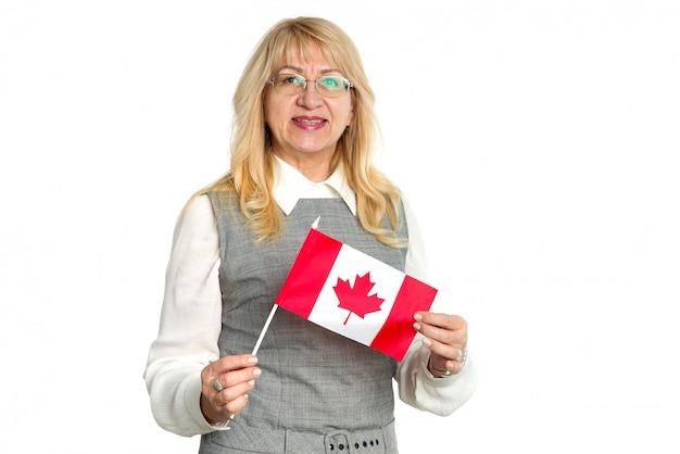 Donna matura con la bandiera del canada su fondo bianco.