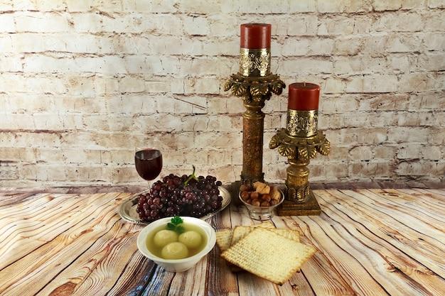 Palline di matzah in una ciotola di zuppa salutare fatta in casa israelil