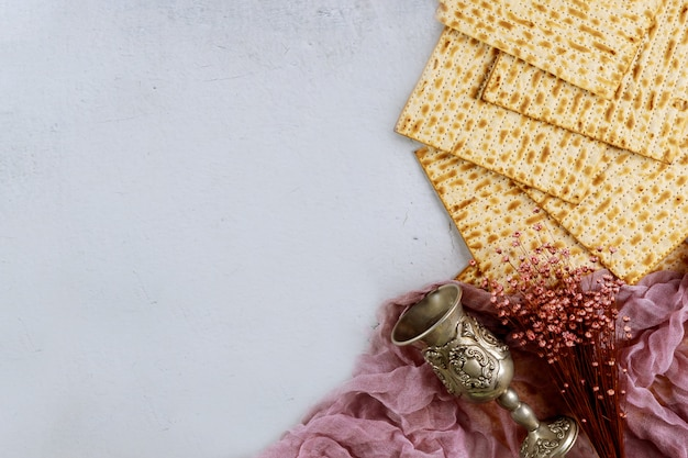 Pane matzah con kiddush e fiori. concetto di vacanza ebraica pasqua.