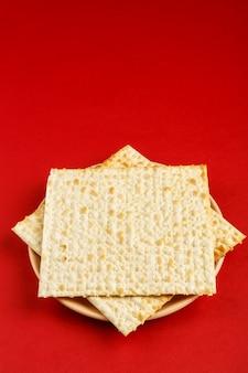 Matzah sotto forma di una stella di david su una superficie rossa