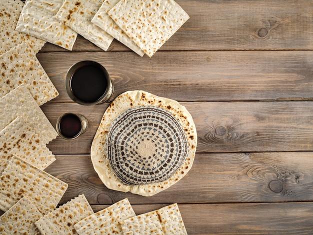 Matzoh pasqua ebraica celebrazione festa matzoh con kiddush due tazze di vino rosso kosher.