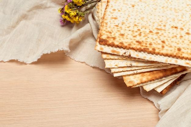 Matzoth per la pasqua ebraica su fondo in legno