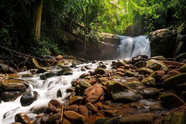 Cascata maunfun, 3 ° piano, parco nazionale phu soi dao, thailandia