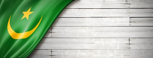 Bandiera della mauritania sul vecchio muro bianco.