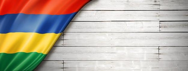 Bandiera delle mauritius sul vecchio muro bianco.
