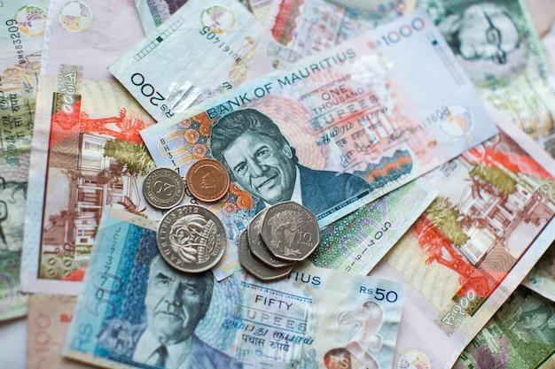 Soldi delle mauritius le banconote e le monete della rupia delle mauritius si chiudono