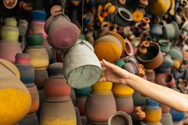 Può prenderlo. giovane turista che cammina sul mercato locale mentre sceglie i regali per gli amici