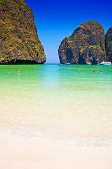 Spiaggia della baia di maya sull'isola di phi phi, thailandia. asia
