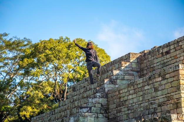 Una piramide maya nei templi delle rovine di copan
