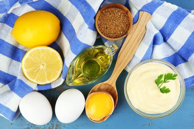 Ingredienti della maionese sulla tavola di legno