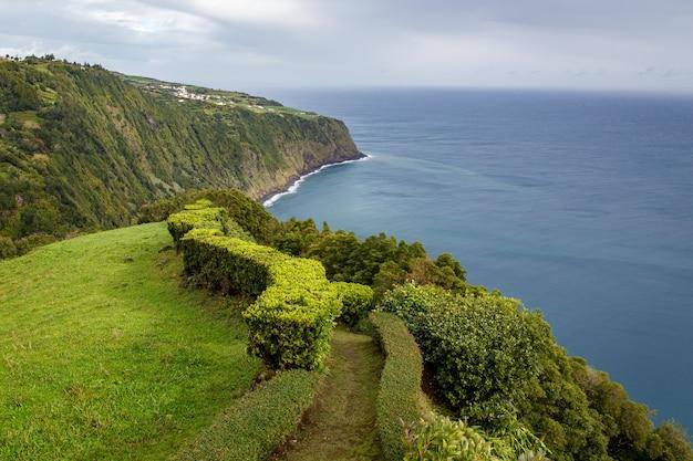 Prati vicino all'oceano. san miguel, azzorre. sentiero pedonale lungo il mare.