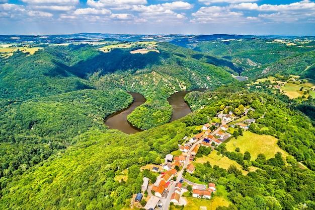 Meandro di queuille sul fiume sioule nel dipartimento del puy-de-dome in francia