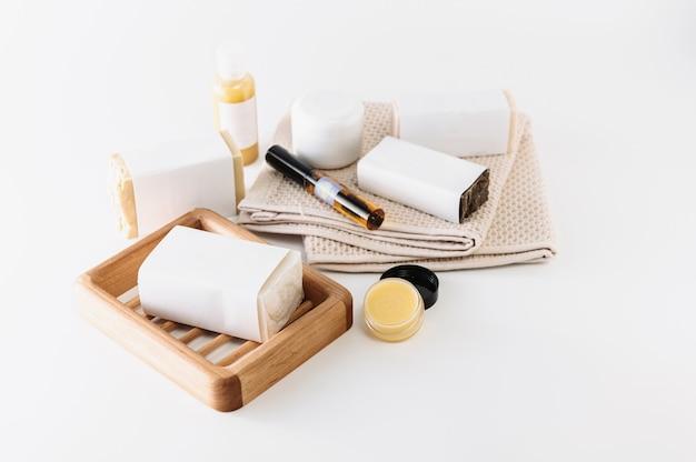 Mezzi per la cura del corpo e del viso, cosmetici fatti in casa con ingredienti naturali su sfondo bianco