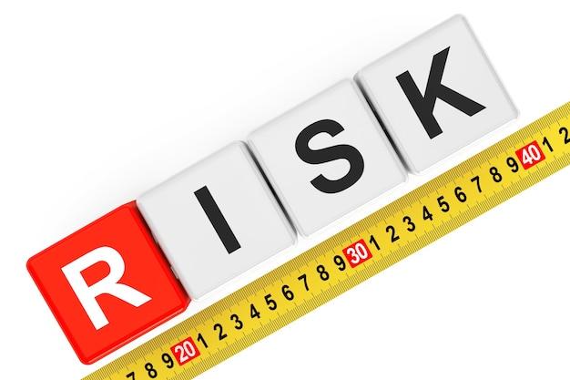 Misurare il concetto di rischio. cubi di rischio con metro a nastro su sfondo bianco