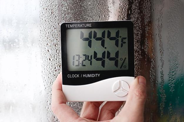 Misura della temperatura dell'aria, punto di rugiada, umidità con un dispositivo (igrometro), contro finestra con condensa